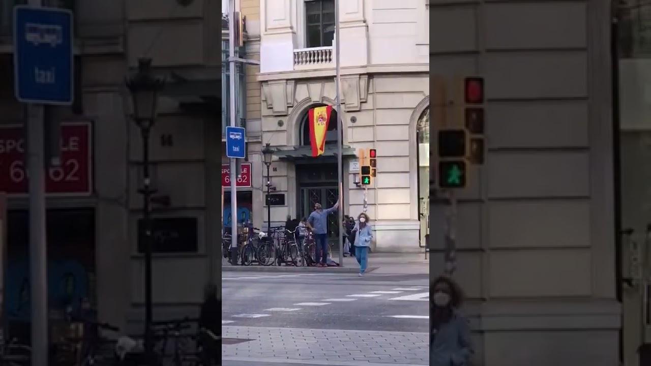 Vean a este INDEPE haciendo el RIDÍCULO en la calle intentando quitar una bandera de una farola.